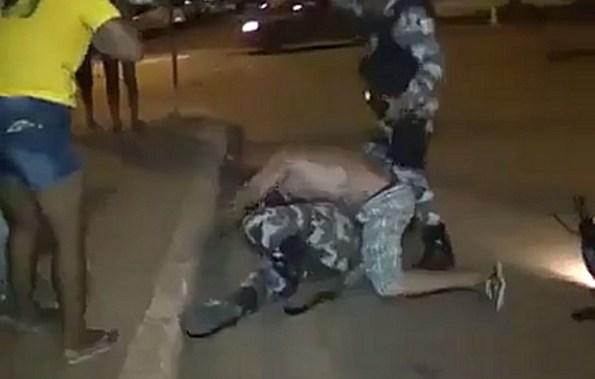 ET-un-bresilien-parvient-a-retourner-le-policier-qui-tente-de-l-interpeller