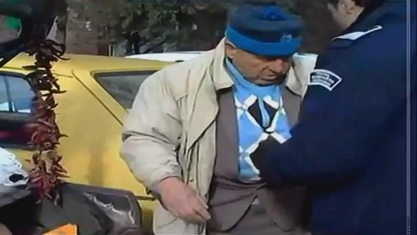 ET-un-vieil-homme-attaque-des-policiers-avec-un-couteau