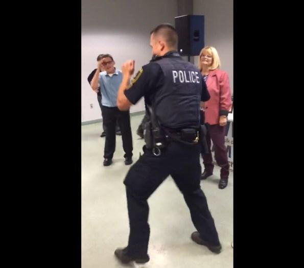 perles-deux-policiers-mettent-le-feu-au-dance-floor-de-la-maison-de-retraite