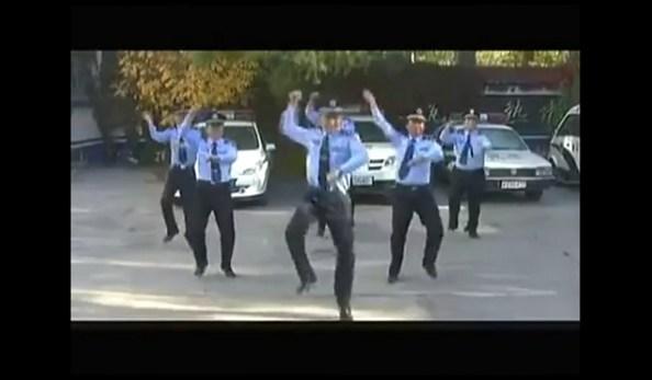 PERLES-la-police-chinoise-impose-son-gangnam-style