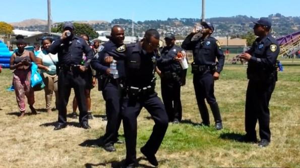 PERLES-les-policiers-de-richmond-dansent-le-wobble