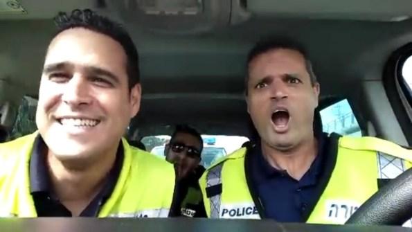 PERLES-trois-policiers-chantent-le-lion-est-mort-ce-soir