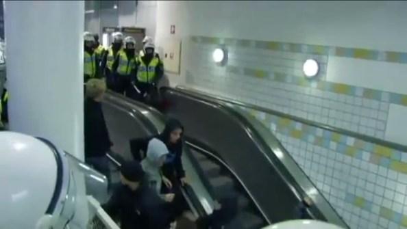 PERLES-un-escalator-cede-sous-le-poids-des-supporters