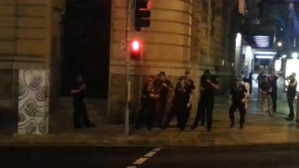 PERLES-un-groupe-de-policiers-accepte-une-battle-de-danse