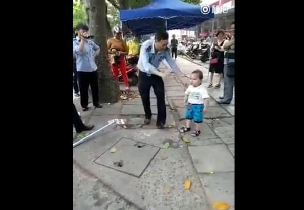 PERLES-un-petit-garcon-chinois-defend-sa-grand-mere-face-a-la-police-2-2