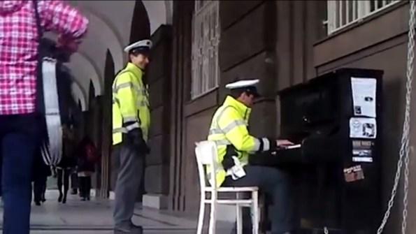 PERLES-un-policier-joue-au-piano-dans-la-rue