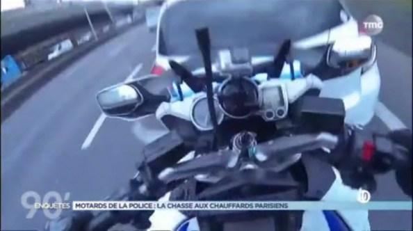 PN-un-motard-de-la-police-percute-une-voiture
