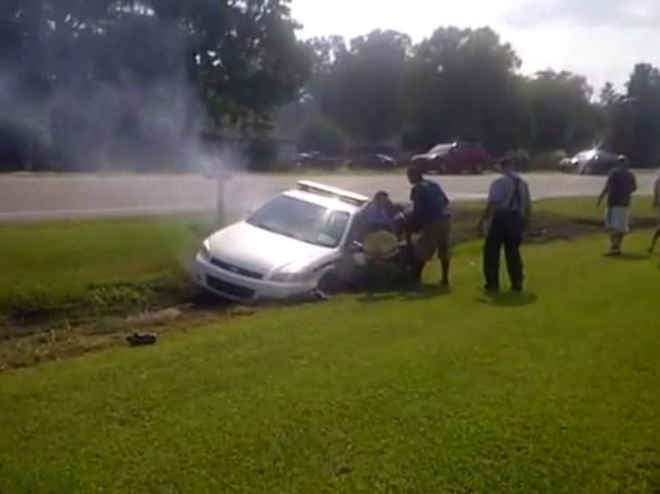 US-des-passants-sauvent-un-policier-de-sa-voiture-en-feu