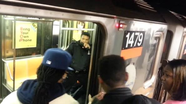 US-deux-policiers-en-grande-difficulte-dans-le-metro-de-new-york