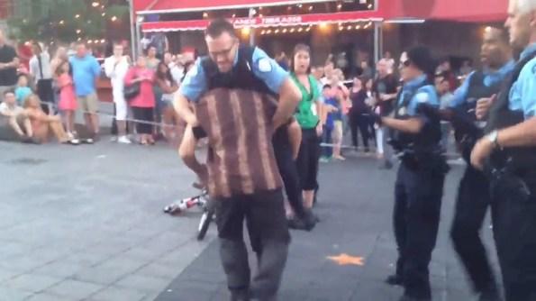 US-un-artiste-de-rue-essaye-de-plaquer-au-sol-un-policier