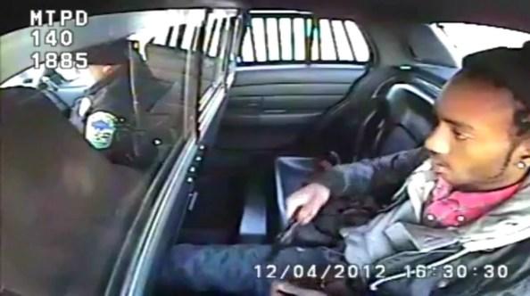 US-un-homme-interpelle-et-transporte-en-voiture-de-police-sort-un-revolver-de-son-pantalon