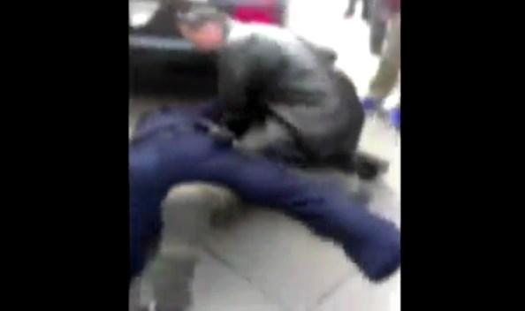 US-un-passant-handicape-vient-en-aide-a-un-policier-en-difficulte-et-se-fait-prendre-a-partie