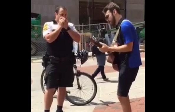 US-un-policier-americain-joue-de-l-harmonica