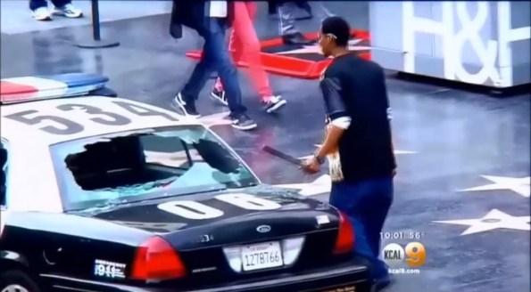 US-un-roulottier-s-attaque-a-une-voiture-de-police-sur-hollywood-boulevard-1-2