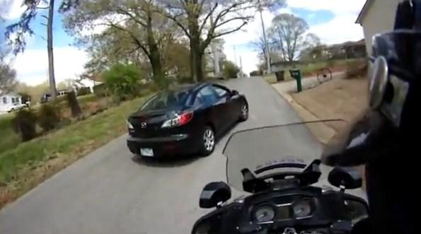 US-une-motard-de-la-police-chasse-une-voiture