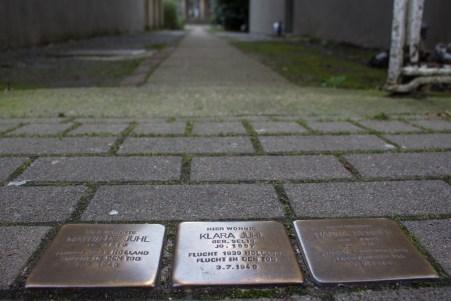 Stolpersteine auf dem Bürgersteig weisen den Eingang zum Wäschefabrikmuseum