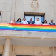 La bandera de l'arc de sant Martí oneja a l'Ajuntament amb motiu del Dia de l'Orgull LGTBI