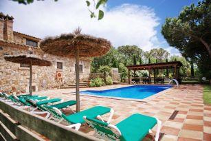 casa-rural-costa-brava-grupos-32-personas-piscina-privada-porche-barbacoa-villa-la-belladona-023