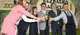 Embajadores y autoridades brindaron por el éxito de la nueva añada de Txakoli de Bizkaia.