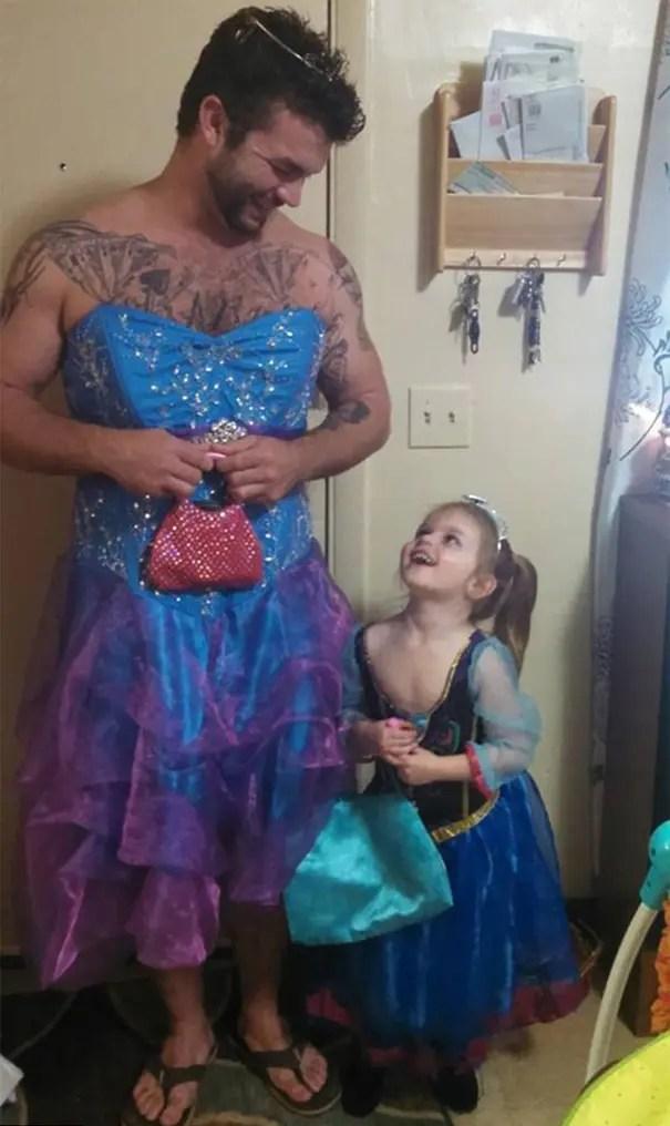 niña y tio se visten de cenicienta  (3)
