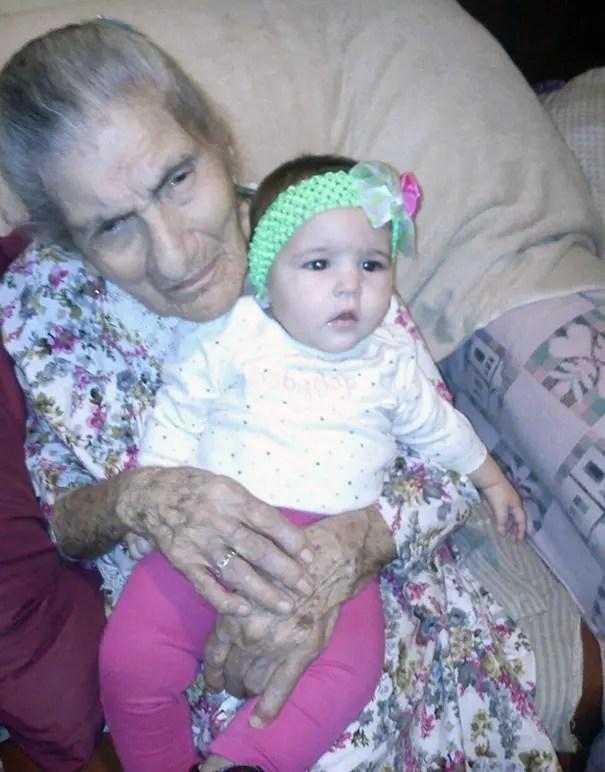 foto-tatarabuela-sostiene-nieta-104-años