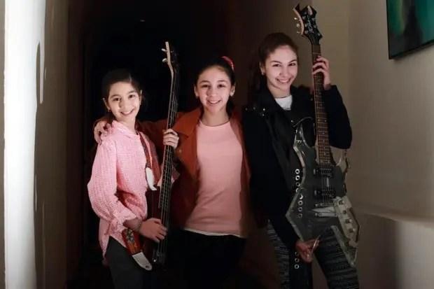 niñas-rockean-metallica-warning-hermanas