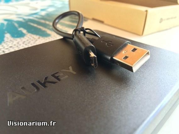 Le petit câble micro-USB fourni.