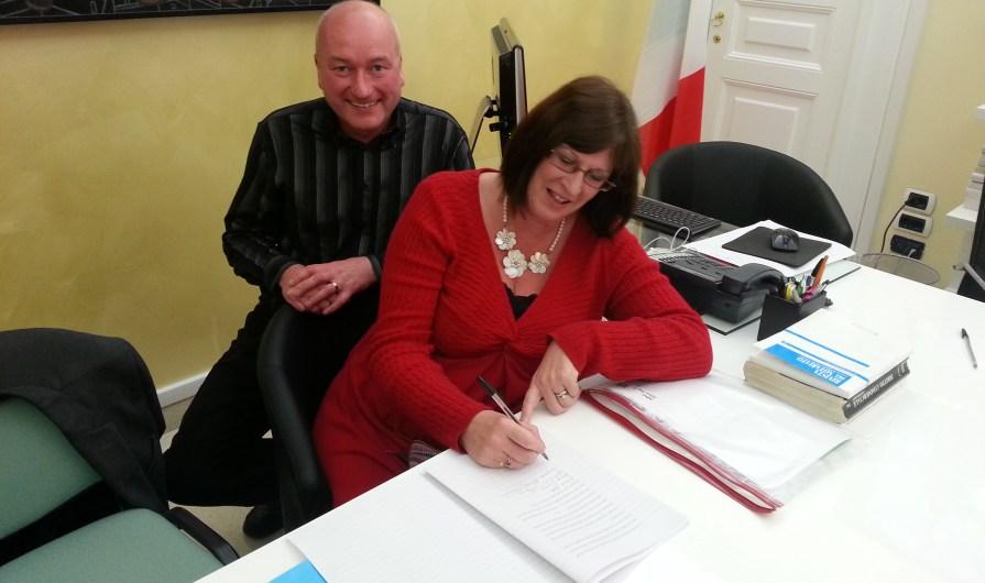 Derek e Susanne firmano l'atto di acquisto della casa
