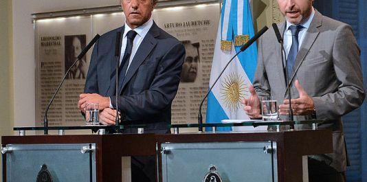 A la derecha de la imagen el ministro de Interior Roberto Frigerio, ahora a cargo de los programas de vivienda.