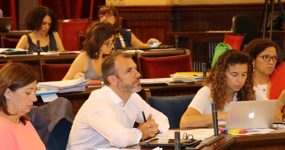 Baleares aprueba la modificación de la Ley de Turismo, aunque el texto final impedirá alquilar en edificios de pisos
