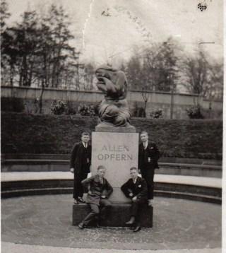 Weinende Mutter am Ehrenfriedhof Völklingen 1930er © Strempel