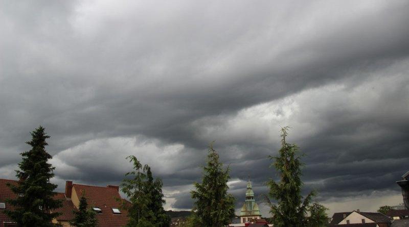 Dunkle Wolken über Völklingen kündigen schlechtes Wetter an (Symbolfoto: Hell)