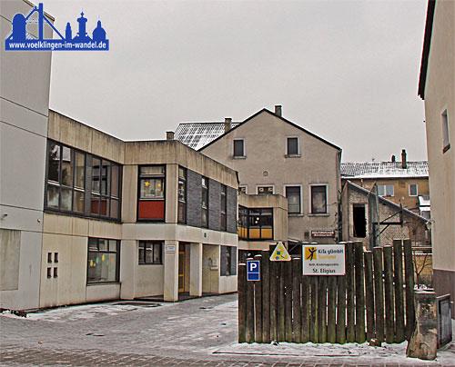 Die KiTa St.Eligius im Winter 2014, aktuell steht das Gebäude wie auch das im Hintergrund zu sehende Kolpinghaus leer. (Foto: Hell)
