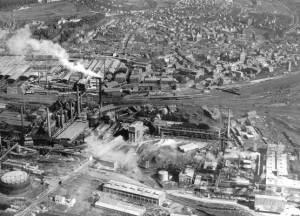 Dieses Luftbild datiert aus dem Jahre 1954 (Sommer), und zeigt außer der Hütte die gesamte Völklinger Kernstadt (Bild: VK.B.).