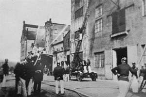 1933: Übung in Geislautern, vermutlich sieht man auf diesem Foto die 1929 angeschaffte Drehleiter aus Völklingen