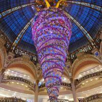 Alle Galeries Lafayette l'albero di Natale è a testa in giù