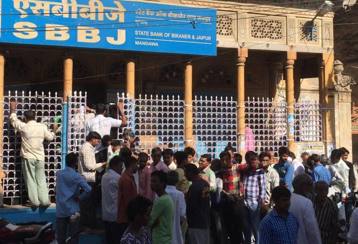 Inder warten auf den Bankautomaten