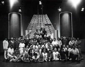 Cast en crew-foto De Willem Ruis Lotto show (VARA 1981-1984), decor: Hub Berkers. Collectie Hub Berkers / NIBG
