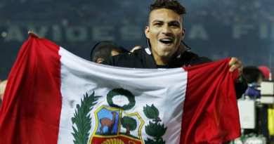 Paolo Guerrero of Brazil's Corinthians poses with the Peruvian flag after defeating Britain's Chelsea during their FIFA Club World Cup final soccer match in Yokohama, south of Tokyo December 16, 2012. Guerrero snatched a 69th-minute winner as South American champions Corinthians stunned Chelsea to win soccer's Club World Cup on Sunday. REUTERS/Toru Hanai (JAPAN  - Tags: SPORT SOCCER)