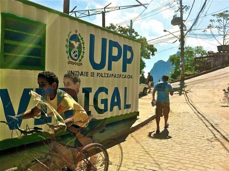 Por ejemplo, en Brasil, el proyecto de Unidades de Pacificacion Policial (UPP) buscaba derrotar el crimen en las favelas mediante la prevención y control, promoviendo desarrollo social y económico.