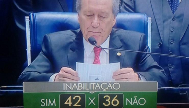 Por 42 votos a favor, 36 contra e 3 abstenções, a presidente Dilma Vanda Rousseff ainda poderá exercer cargos públicos.