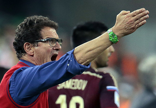 L'entraîneur Fabio Capello avec sa montre Swatch Enthusiasmo lors du macth Russie-Algérie