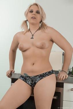 lesbian 3some
