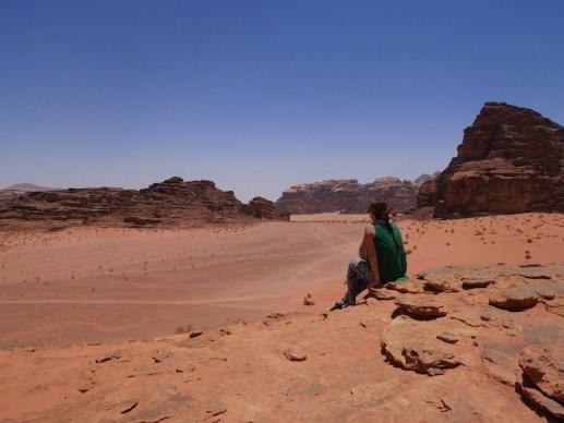 Uitkijken over de rode woestijn bij wadi rum