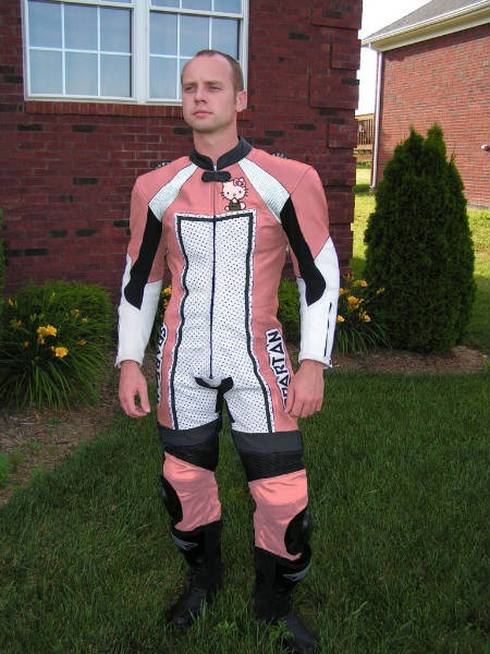hello-kitty-traje-motociclista