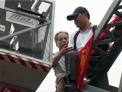 Suicidal Man in China Pushed from Bridge