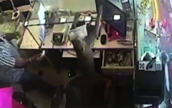 Bold Monkey Robs Jewelry Store In India