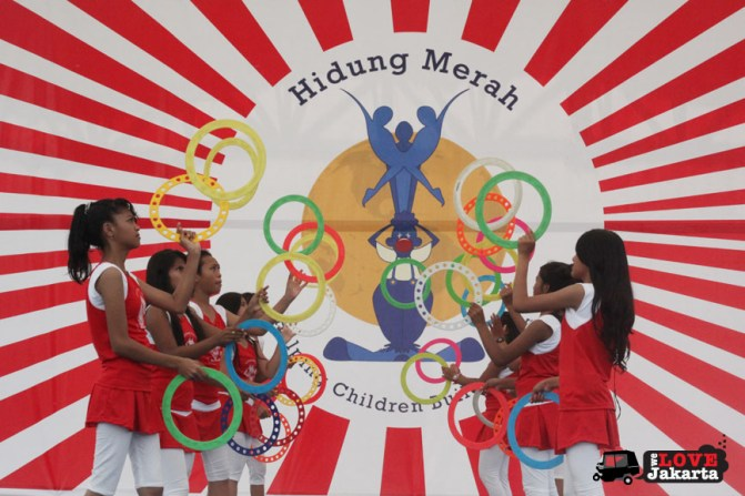 Juggling circus_red nose circus_Yayasan Hidung Merah_Red Nose Foundation_Indonesia_tasha may_we love jakarta_welovejakarta.com_Circus kids in Indonesia_