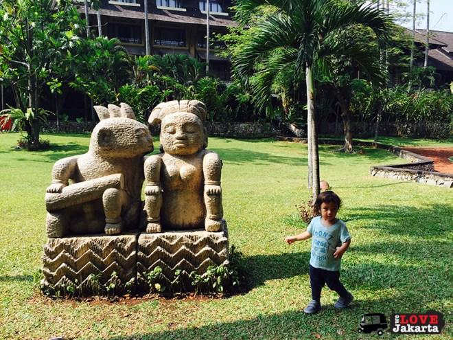 statues in Novotel gardens_welovejakarta_tasha May_Novotel Bogor_weekend getaway from Jakarta