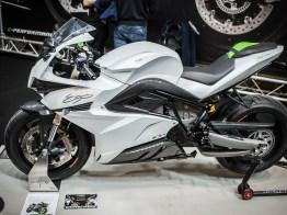Energica Ego – The electric future! Ist das die Zukunft im Motorradbau. Die Energica Ego kommt optisch, wie ein konventionelles Superbike daher, trägt aber einen leistungstarken E-Motor unter der Verkleidung. Die Leistungsdaten beeindrucken. Spitzenleistung 136 PS, ein Drehmoment von 198 Nm das praktisch vom Stand weg verfügbar ist. Spitze 240 km/h und eine Reichweite von bis zu 190 km im Eco-Modus. Der Preis: 29 900 Franken